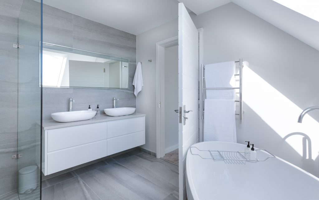 white-bathroom-interior-1454804